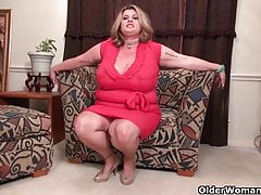 American BBW milf Jacks loves dildoing winning election