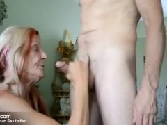 Alte Oma nimmt Jungschwanz tief in den Hals