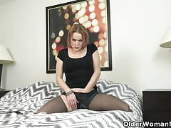 Yankee cougar Joclyn takes care of her pantyhosed vag