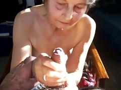 Mamie bois tout le jus