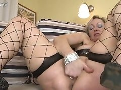Ratchet old mommy fisting her mature hungry vag