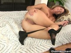 Yankee cougar Christina gives her cooter a exercise