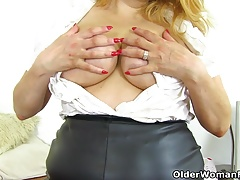 British milf Kimmy Cums gets her tits out and revs up dildo