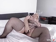 Plumper mature draining on webcam
