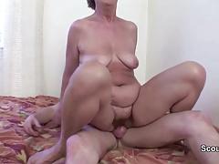 Oma Heidi 83yr wird vom 18yr Bubi in den Arsch gefickt
