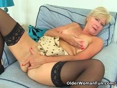 UK cougar Sapphire Louise gives her fanny a supreme finger tear up