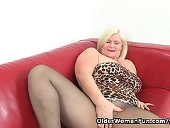 British granny Lacey Starr loves dildoing