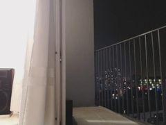 Beurette danse seins nus sur sprog balcon