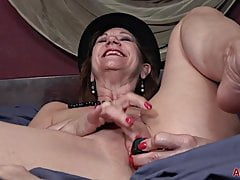 Lynn Mature cougar onanism joy In couch