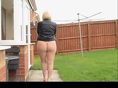 Mature woman outside comes with a bare ass