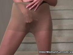 Yankee cougar Veronica gropes her moist cunny on the stairs
