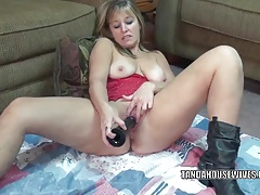 Curvy MILF Liisa stuffs a big black dong into her twat